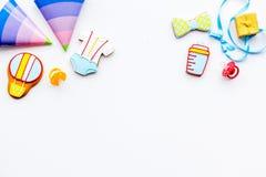 Ducha de bebé Galletas en la forma de los accesorios para los sombreros del niño y del partido en el espacio blanco de la copia d Foto de archivo libre de regalías