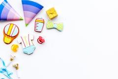 Ducha de bebé Galletas en la forma de los accesorios para los sombreros del niño y del partido en el espacio blanco de la copia d Fotos de archivo