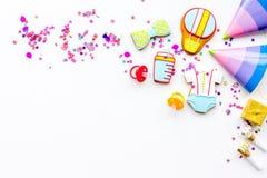 Ducha de bebé Galletas en la forma de los accesorios para los sombreros del niño y del partido en el espacio blanco de la copia d Fotos de archivo libres de regalías