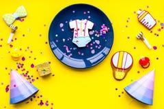 Ducha de bebé Las galletas en la forma de los accesorios para el niño, los sombreros del partido y el confeti en la opinión super Imagen de archivo
