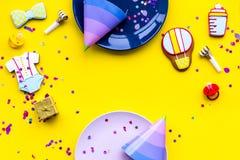 Ducha de bebé Las galletas en la forma de los accesorios para el niño, los sombreros del partido y el confeti en la opinión super Fotos de archivo