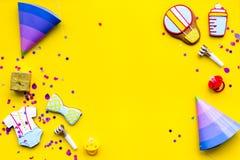 Ducha de bebé Las galletas en la forma de los accesorios para el niño, los sombreros del partido y el confeti en la opinión super Fotografía de archivo