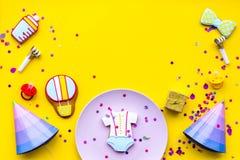 Ducha de bebé Las galletas en la forma de los accesorios para el niño, los sombreros del partido y el confeti en la opinión super Imágenes de archivo libres de regalías