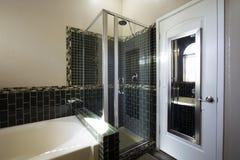 Ducha de cristal del cuarto de baño principal casero del centro turístico Imagen de archivo
