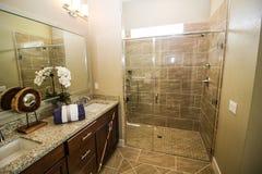 Ducha de cristal en cuarto de baño moderno fotos de archivo