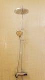 Ducha de lluvia en cuarto de baño de lujo con la teja de mosaico Imágenes de archivo libres de regalías