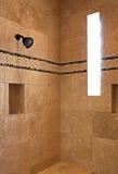 Ducha del cuarto de baño de la mansión del centro turístico fotografía de archivo