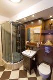 Ducha en cuarto de baño moderno Imágenes de archivo libres de regalías