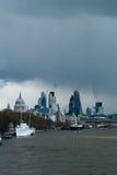 Duchas de abril sobre una opinión de Londres Foto de archivo libre de regalías
