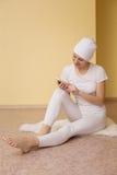 Duchowa młoda kobieta z telefonem po joga Obraz Royalty Free