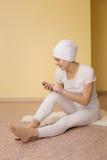 Duchowa młoda kobieta z telefonem po joga Obrazy Stock