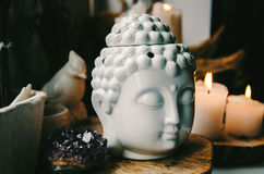 Duchowa obrządkowa medytaci twarz Buddha ametist świeczki na starym drewnianym tle zdjęcia stock