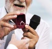 Duchowieństwa pokazuje obrączkę ślubną zdjęcie royalty free