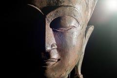 Duchowy enlightenment Buddha głowa z boskim światłem Brązowy s obrazy royalty free