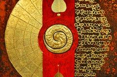 Duchowy obraz z ślimakowatym symbolem, złotem i czerwienią,