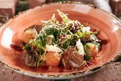 Duck Breast Salad con las bolas curruscantes de la patata en el heno rústico B del estilo imagenes de archivo