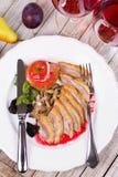 Duck Breasts arrostito con il fungo, Apple e le prugne farcenti in vino rosso Sause Fotografie Stock Libere da Diritti