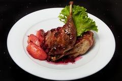 Duck con le mele ed il caramello su un piatto bianco Fotografie Stock Libere da Diritti