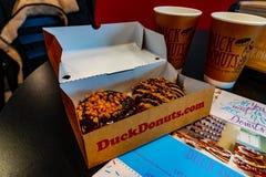 Duck Donuts e copos imagens de stock royalty free