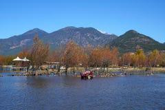 Duck Farm durch See im Herbst Stockbilder