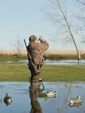 Duck Hunter che chiama le anatre Immagini Stock