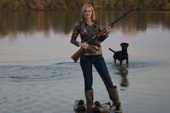 Duck Hunter féminin avec son labrador retriever Images libres de droits