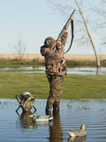 Duck Hunter met kanon het schieten Royalty-vrije Stock Foto's