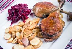 Duck il confit con le fritture dei topinambur e delle barbabietole Immagine Stock