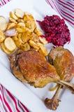 Duck il confit con le fritture dei topinambur e delle barbabietole Fotografie Stock Libere da Diritti