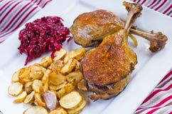 Duck il confit con le fritture dei topinambur e delle barbabietole Fotografia Stock