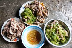 Duck la carne con l'insalata di ipomea e la salsa di pesce con fossette Fotografie Stock Libere da Diritti