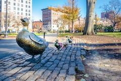 Duck le statue d'ottone della famiglia ai giardini pubblici di Boston - Boston, Massachusetts, U.S.A. fotografia stock