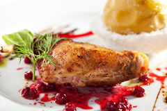 Duck Leg avec Apple cuit Images stock