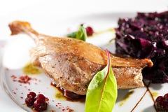 Duck Leg avec de la salade Images stock