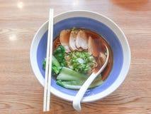 Duck Noodle Soup em uma bacia foto de stock royalty free