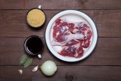 Duck os pés, cuscuz, vinho tinto em um potenciômetro do esmalte, cebola, folha de louro Fotos de Stock Royalty Free
