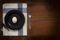 Duck a vida ainda colocada plano do ovo rústica com o alimento à moda Fotografia de Stock Royalty Free