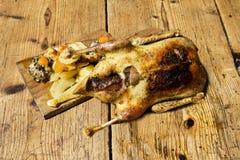 Duck On Wooden Table rôti photo libre de droits