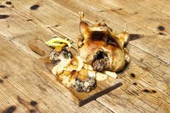 Duck On Wooden Table rôti images libres de droits