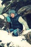 Duckender stattlicher junger Mann im Winter lizenzfreies stockfoto