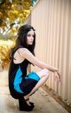 Duckendes junges schönes Mädchen im Kranz Lizenzfreies Stockfoto