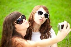 Duckface Selfie 2 молодых ультрамодных девушки делая selfie Пара Стоковые Изображения