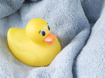 Ducky de borracha e toalha Fotos de Stock Royalty Free