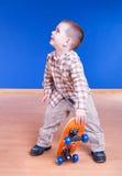 Dude σαλαχιών. Χαριτωμένο αγόρι με skateboard την τοποθέτηση στοκ εικόνες με δικαίωμα ελεύθερης χρήσης