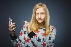 Dude la chica joven o al adolescente con el ordenador de la PC de la tableta Imágenes de archivo libres de regalías