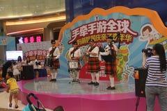 Dudelsackanzeigenteam sind die Leistung im SHENZHEN Tai Koo Shing Commercial Center Stockfotografie
