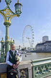 Dudelsackspieler auf Westminster-Brücke Stockfotografie