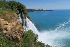 Duden瀑布和Mediteranian海洋在安塔利亚 免版税图库摄影