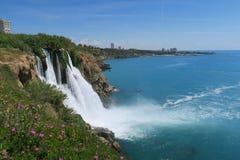 从Duden瀑布的顶端看法在Mediteranian海洋的土耳其 库存照片