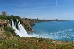 Duden parkerar med den 40m höga vattenfallet i Antalya, Turkiet Royaltyfria Bilder